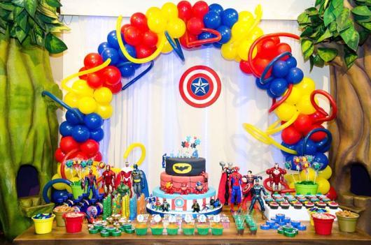O arco de balões coloridos é bem simples de fazer
