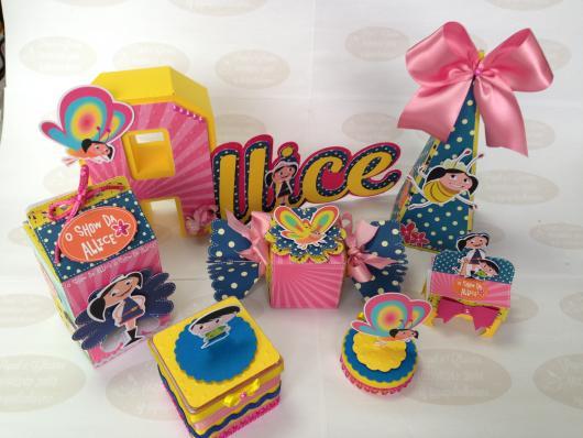 Modelo de kit festa Show da Luna em rosa e azul