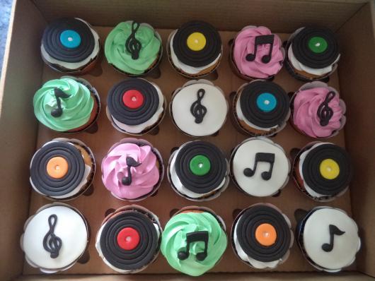 Cupcakes decorados e coloridos com discos e notas musicais