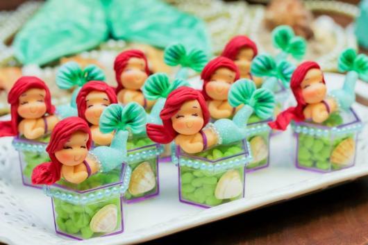 Lembrancinha Pequena Sereia de Biscuit: caixinha com doces