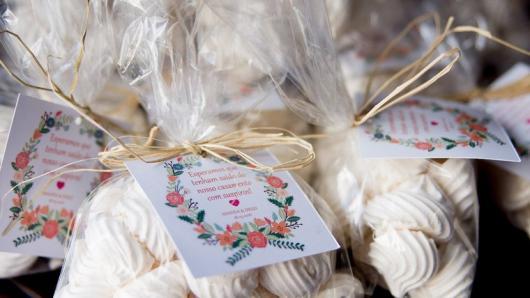 Lembrancinha simples de casamento saquinho de doces