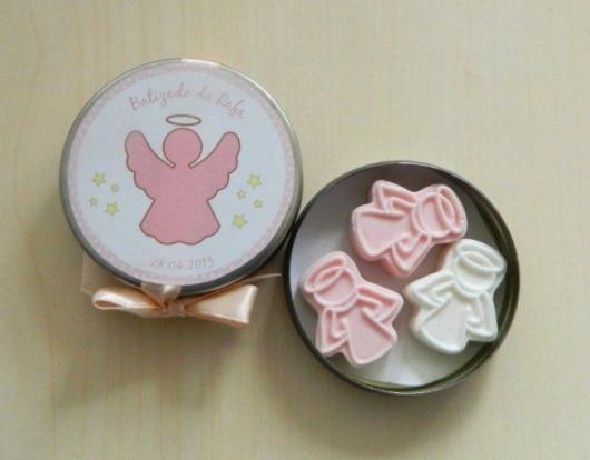 Lembrancinha simples de batizado latinha personalizado com doces