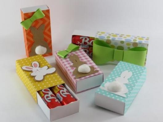 Lembrancinha simples para Páscoa caixinha com chocolates