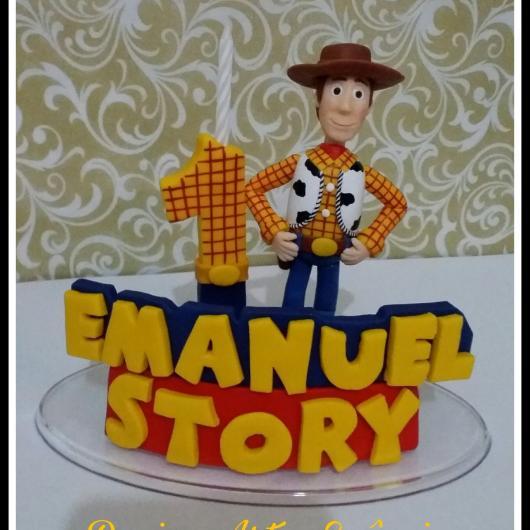 Você pode usar até brinquedos para confeccionar o topo do bolo Toy Story