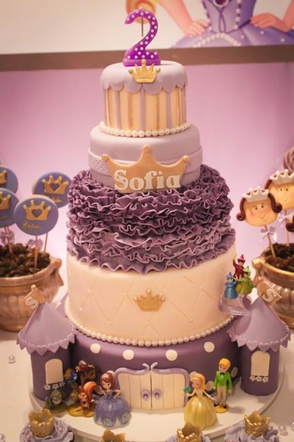 Olha que bolo interessante, com andares com diferentes coberturas