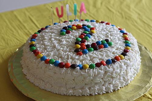 Veja que bolo lindo decorado com chantilly para festa de 2 anos