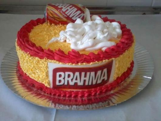 Bolo da brahma decorado com chantilly vermelho e amarelo