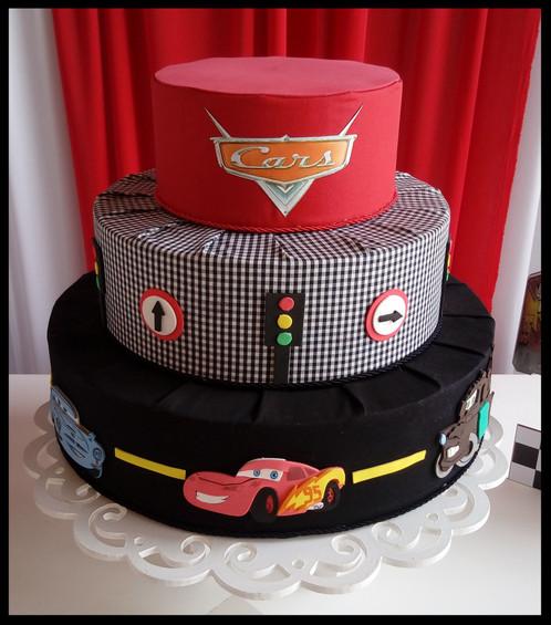 Os tecidos são ótimos para ornamentar um bolo fake