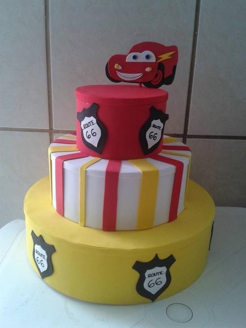 Não precisa gastar muito, com materiais básicos você consegue produzir um bolo perfeito!