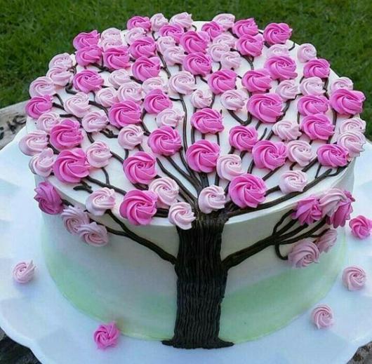 Bolos diferentes decorado com chantilly: Com desenho de árvore florida