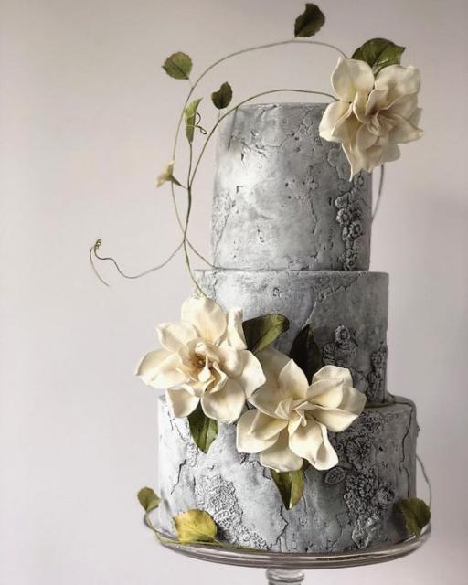 Bolos diferentes: Com flores epasta americana pintada com anilina prata