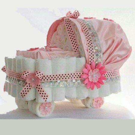 Bolos diferentes de fraldas com formato de carrinho de bebê
