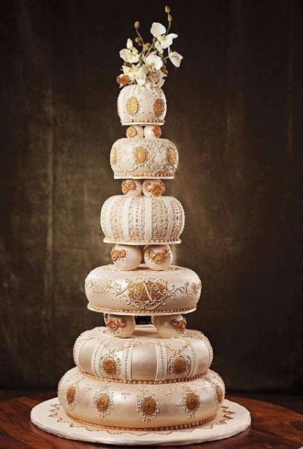 Bolos diferentes de casamento branco e dourado