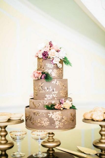 Bolos diferentes de casamento dourado