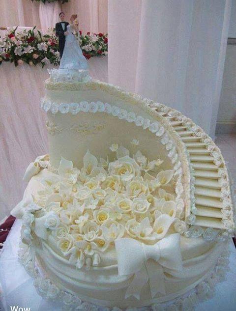Bolos diferentes de casamento com formato de escada com noivinhos