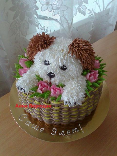 Bolos diferentes decorado com chantilly: Cachorrinho dentro da cesta de flores