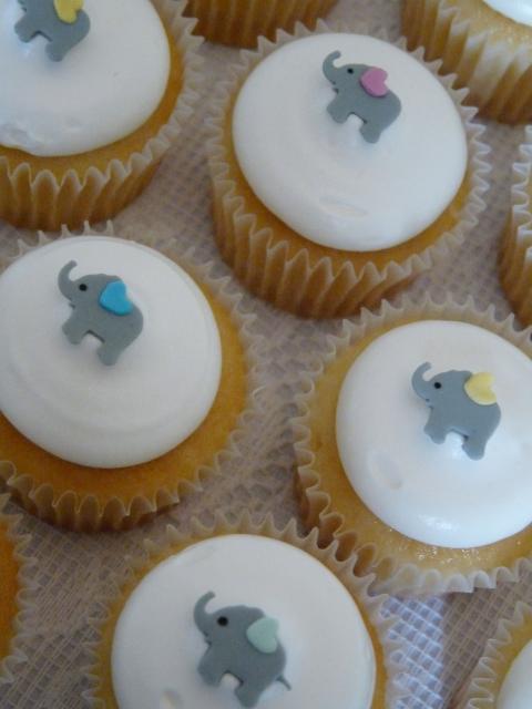 Cupcake Chá de Bebê: Branco com mini aplique de elefantinho