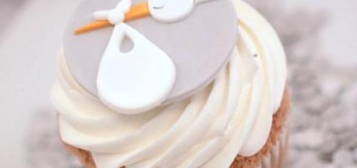 Cupcake Chá de Bebê: Com cobertura branca e aplique de cegonha