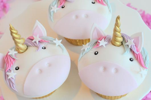 Cupcake Chá de Bebê: Com aplique de unicórnio de pasta americana