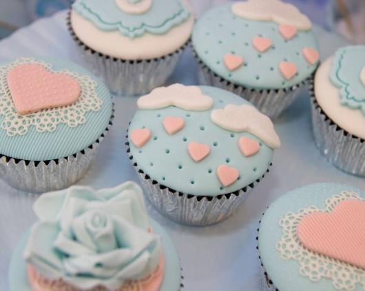 Cupcake Chá de Bebê: Chuva de Amor decorado com pasta americana