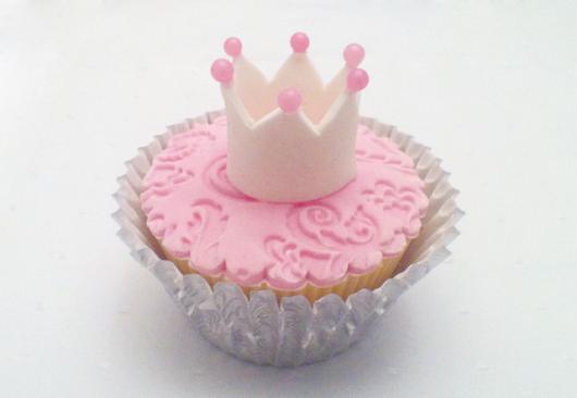 Cupcake Chá de Bebê: Realeza decorado com pasta americana rosa