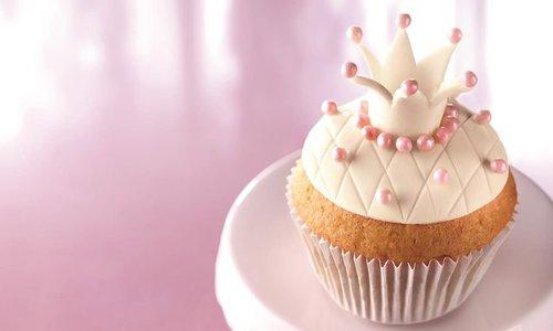 Cupcake Chá de Bebê: Realeza decorado com pasta americana branca