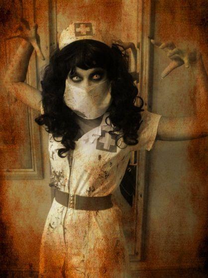 Fantasia de zumbi feminina: Enfermeira com máscara no rosto