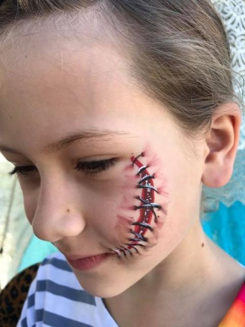 Fantasia de zumbi infantil: Cicatriz no rosto