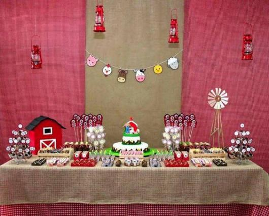 Festa fazendinha rosa decoração simples com juta na mesa