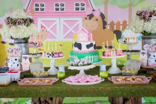 Festa fazendinha rosa decoração rústica com grama falsa na mesa