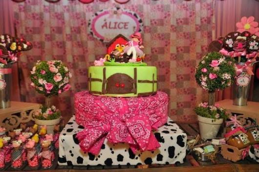 Festa fazendinha rosa decoração simples com bolo fake de tecido