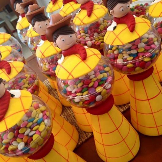 Ideia de mini baleiros decorados com biscuit do Woody