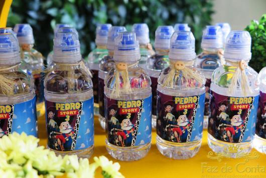 Garrafinhas de água com rótulos do Toy Story