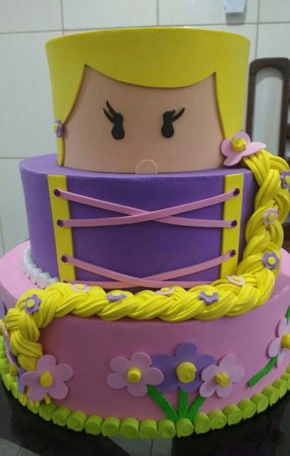 Bolo Rapunzel cenográfico