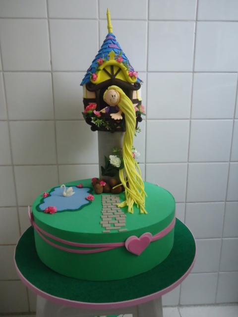Bolo fake com torre e a Rapunzel com trança