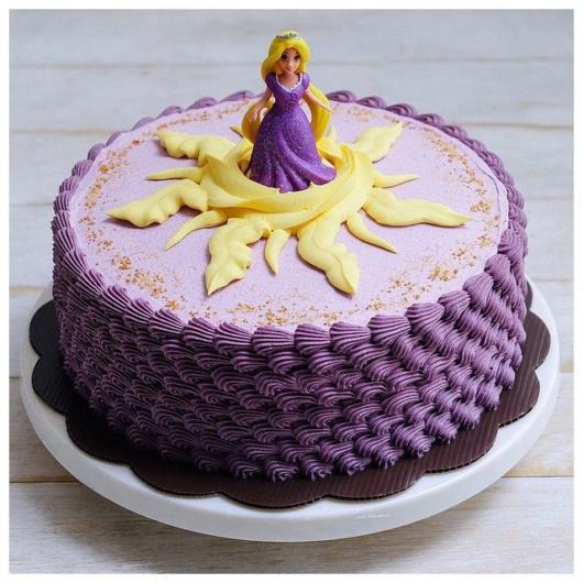 Bolo com chantilly roxo da Rapunzel
