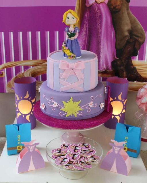 O bolo fake da Rapunzel dá charme à mais na festa