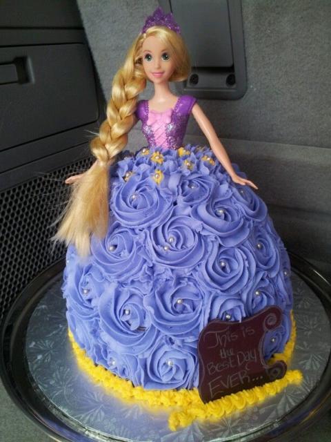 Bolo diferente da Rapunzel com a saia de chantilly