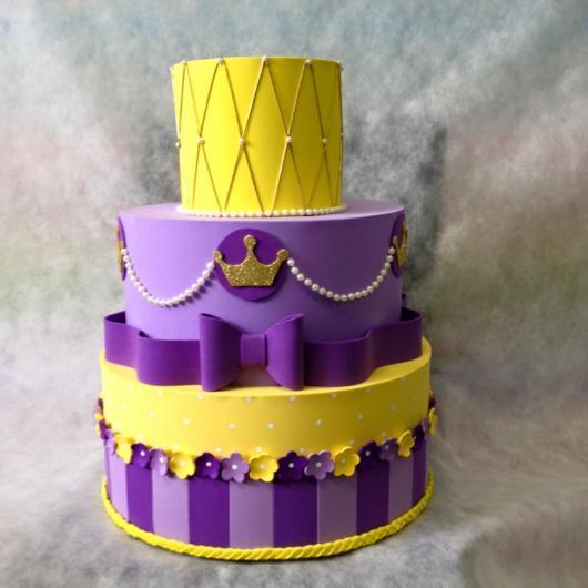 Bolo de três andares roxo e amarelo da Rapunzel