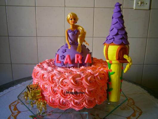 Sugestão de bolo Rapunzel com chantilly rosa e pasta americana