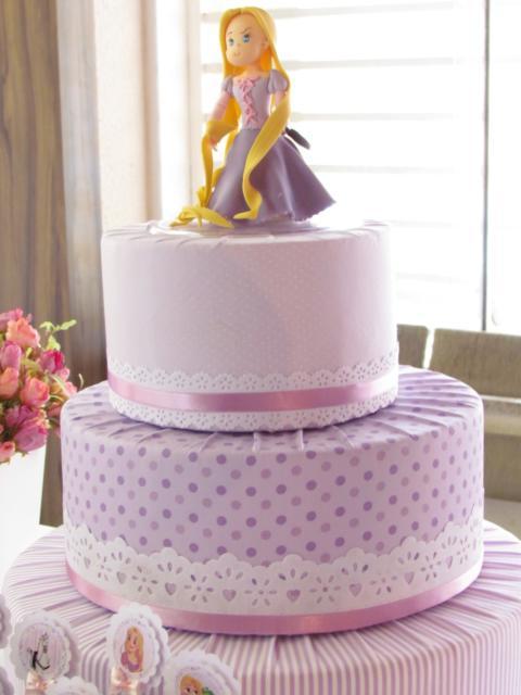 Você também pode usar tecido para fazer bolo fake da Rapunzel