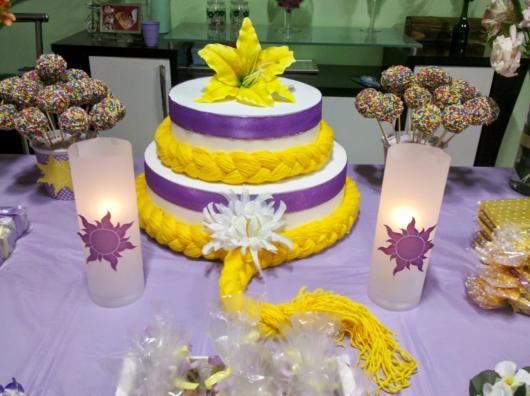 Sugestão de bolo cenográfico da Rapunzel com tranças loiras