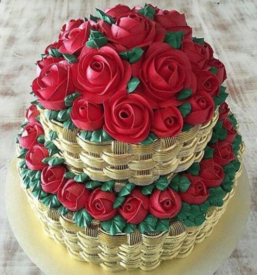 Bolo de 18 anos: Decorado com chantilly e rosas vermelhas