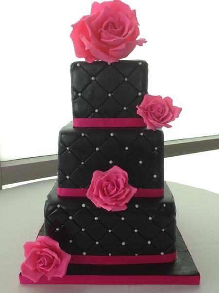 Bolo de 18 anos: Preto e rosa com flores