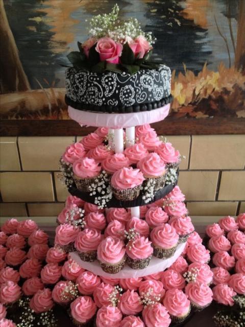 Bolo de 18 anos: Preto e rosa com torre de cupcakes