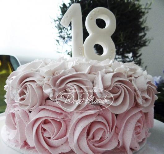 Bolo de 18 anos: Decorado com chantilly rosa
