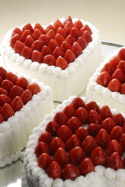 Bolo de coração com chantilly: Branco com morangos