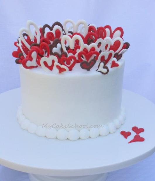 Bolo de coração com chantilly: Branco com corações de chocolate