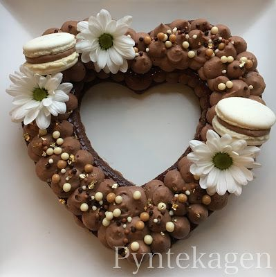 Bolo de coração decorado com chocolate