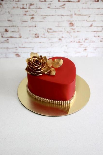 Bolo de coração: Vermelho com flor dourada